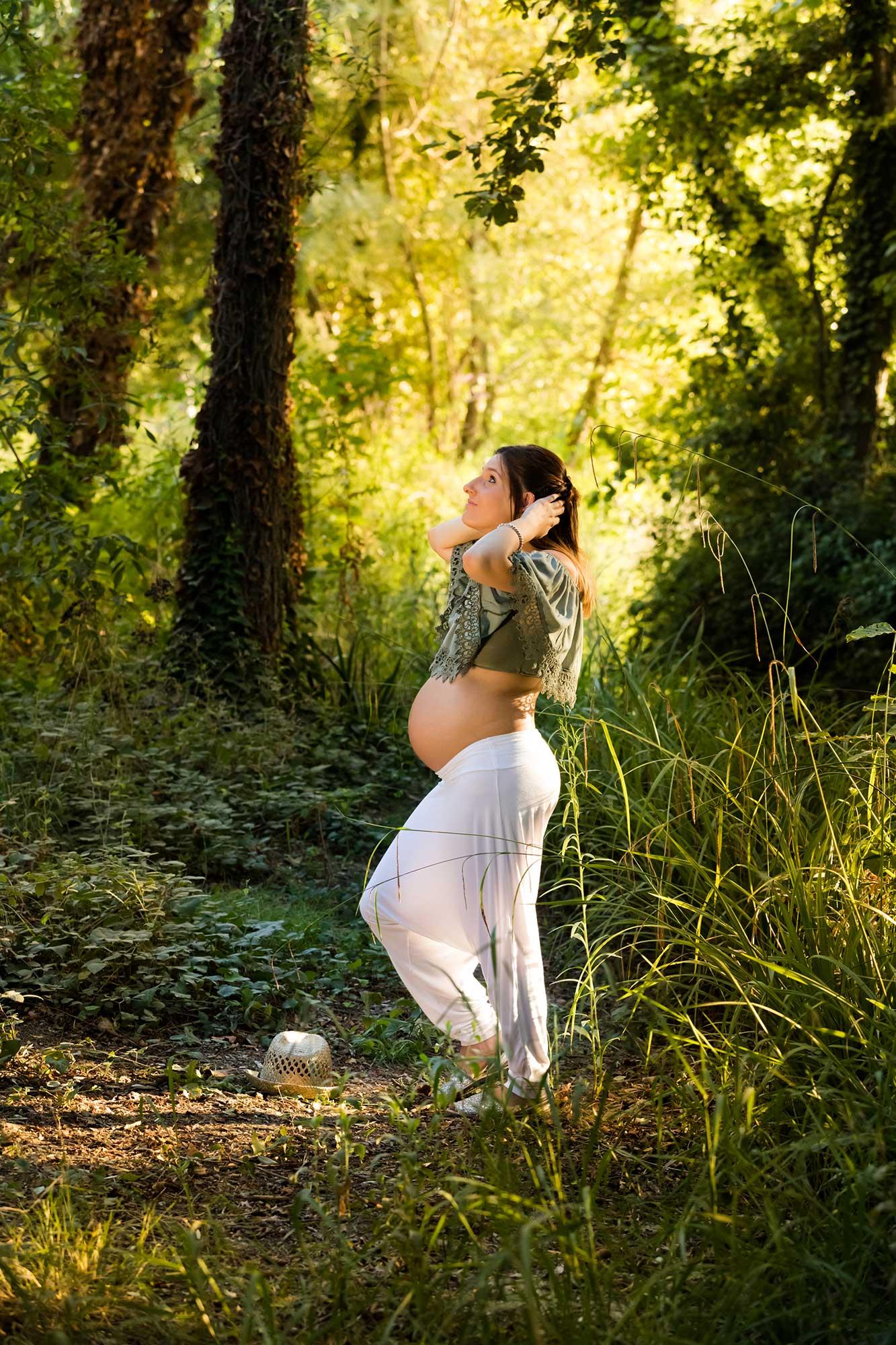 embarassada dins un bosc